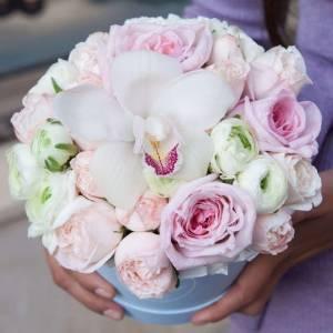 Орхидея и пионовидные розы в коробке R784