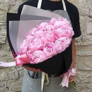 Букет 17 розовых пионов в черном крафте R867