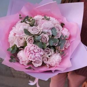 Сборный букет пионы и розы с эвкалиптом R506