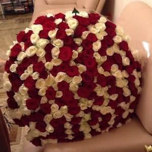Букет 301 роза красная и белая R920