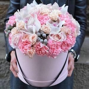 Сборные цветы в коробке в розовых тонах R235