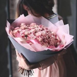 Букет 75 розовых роз в крафте R463